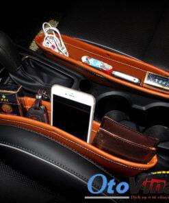 Khay để đồ khe ghế ô tô mẫu 1 là sản phẩm hiệu quả để các vật dụng thường sử dụng