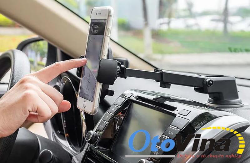 Giá đỡ điện thoại có thể gắn trên taplo và có cần kéo dài tiện lợi